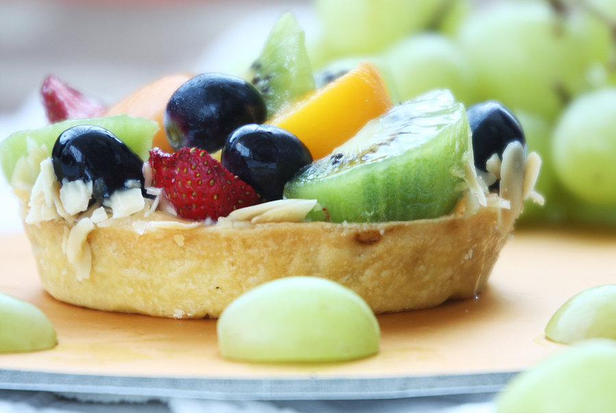 cake, strawberries, kiwi, grapes, fruit