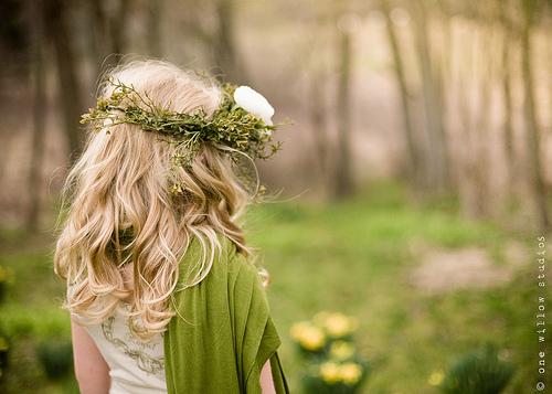 Фото девушки с цветами со светлыми волосами