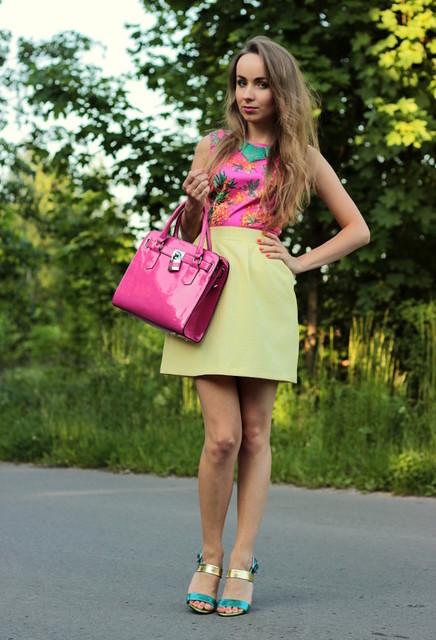 Fashionable pink bag for woman
